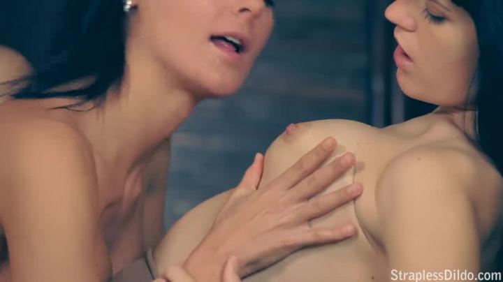 Две девушки трахают друг друга резиновым членом на кровати