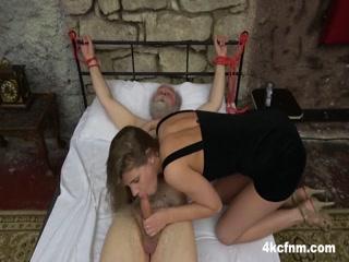 Девушка привязала старика к кровати, подрочила и отсосала его хуй