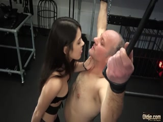 Молодая брюнетка устроила жесткий секс со зрелым мужиком