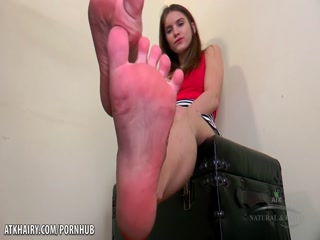 Эвелина Дарлинг мастурбирует пальчиками свою волосатую киску