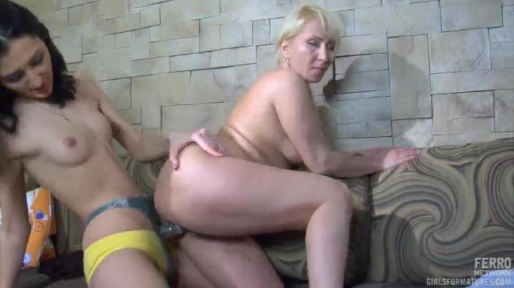 Развратная русская мама и дочка ебутся страпоном
