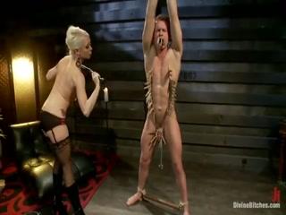 Госпожа доминирует над парнем, трахая его в жопу и делая больно разными методами