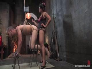Азиатка жестко страпонит пацана в анал