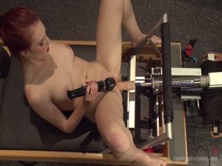 Рыжая сучка развлекается с вибратором и секс-машиной